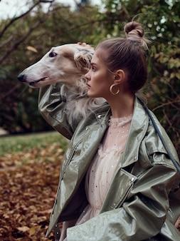 犬とスタイリッシュな女性のファッション型写真