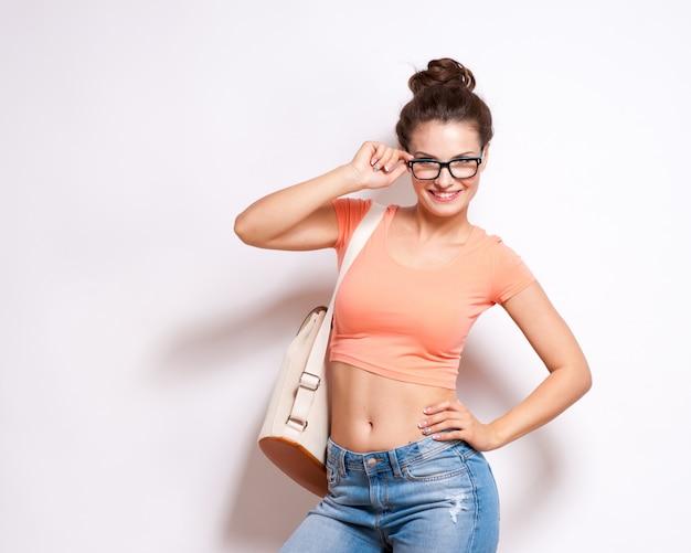 眼鏡をかけているクールな流行に敏感な学生女性