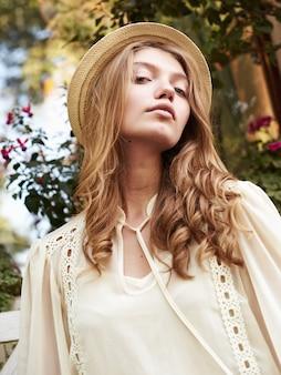 Летний солнечный стиль моды портрет молодой стильной женщины битник, идущей по улице, одетый в милый модный наряд,