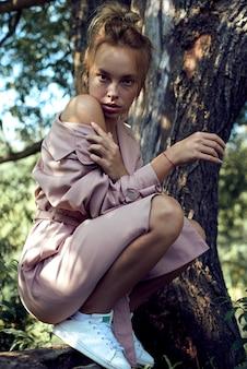 Портрет милой красивой молодой девушки с веснушками крупным планом