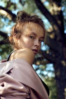 そばかすのクローズアップとかわいい美しい若い女の子の肖像画