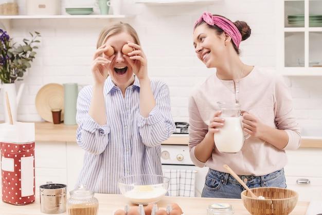 Два веселых друга готовят вместе. концепция шеф-повара