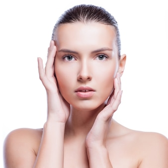 清潔でさわやかな肌を持つ若い成人女性の美しい顔