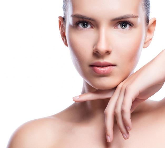 Красивое лицо молодой взрослой женщины с чистой свежей кожей