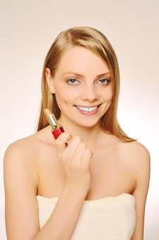 リップコンシーラーブラシを使用して口紅を適用する美しい女性の肖像画