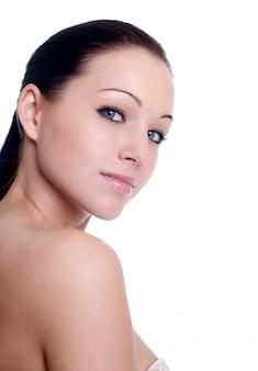 美しい青い目を持つセクシーな白人の若い女性のクローズアップの肖像画