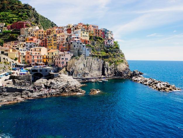 マナローラの町、チンクエテッレ、リグーリア州、イタリアの美しい景色