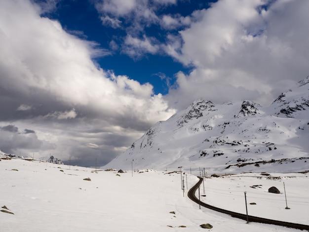 手付かずの、雪の山々、スイスアルプス、曇り空
