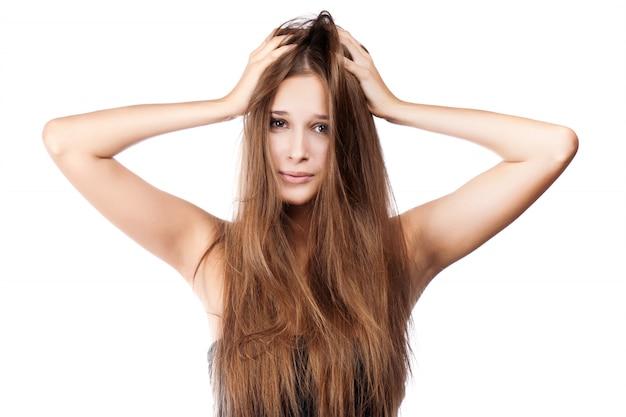 もつれた髪を持つ女性。孤立した