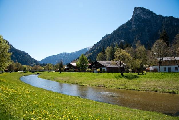 Панорамный вид на красивый пейзаж в альпах