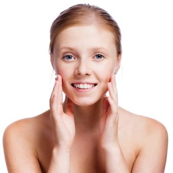 清潔でさわやかな肌 - 白で隔離される若い成人女性の美しい顔