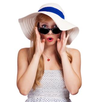 Портрет девушки в шляпе на белом фоне