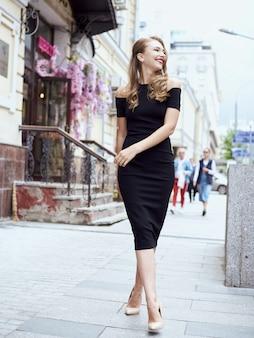 ストリート・ファッションの概念:街を歩いて若い美しい女性の全身肖像画。