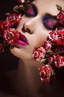 花とファッションのセクシーな女性。