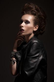 ファッションロッカースタイルモデルの少女の肖像画。髪型ロッカーやパンク女の化粧