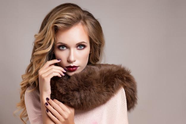 冬の女性の高級毛皮のコート