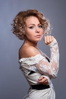 Красивая женщина с вечернего макияжа. ювелирные изделия и красота.