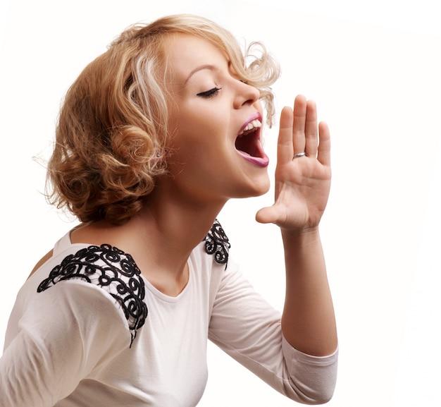 若いブロンドの女性の叫び声と悲鳴を上げる