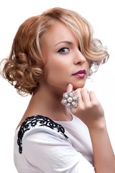 真珠の指輪を持つ美しいファッション女性
