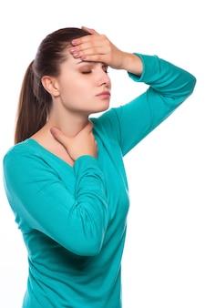 頭痛。頭痛を持つ女性。病気。インフルエンザ