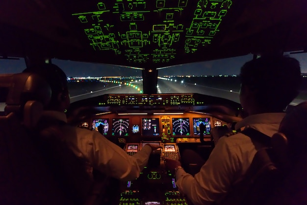 Внутри кабины коммерческого самолета после того, как только что приземлился на взлетно-посадочной полосе.