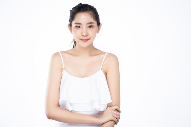 Красивая молодая азиатская женщина с чистым свежим белым положением кожи