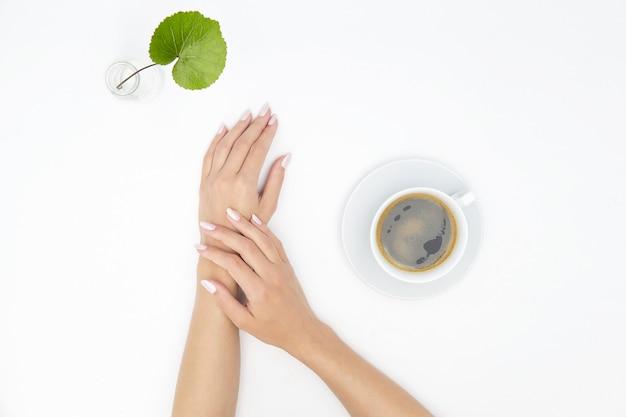 コーヒーを飲んでいる