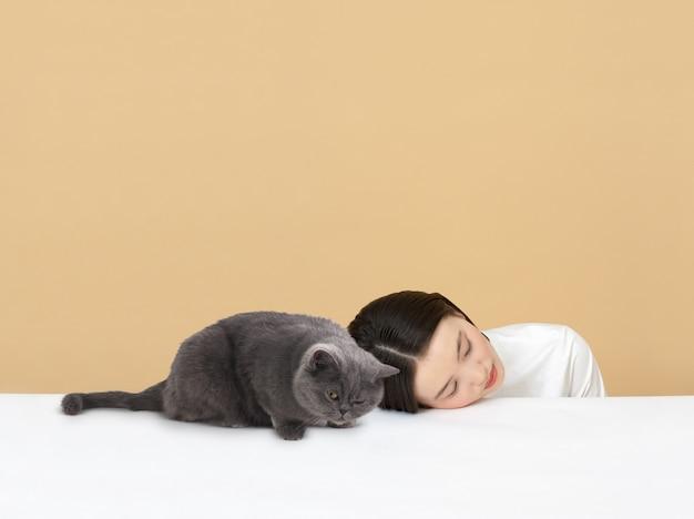 猫と寝ている女性