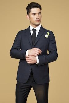 スーツを着た男