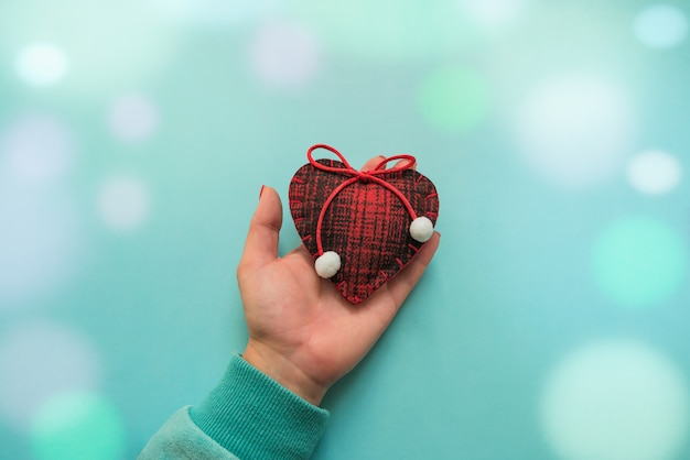 Шерстяное сердце в руке. валентина концепция, боке.