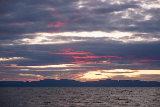 夕暮れ時の海の上の曇り空
