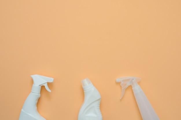 Дом чистящие средства на оранжевом фоне с копией пространства.