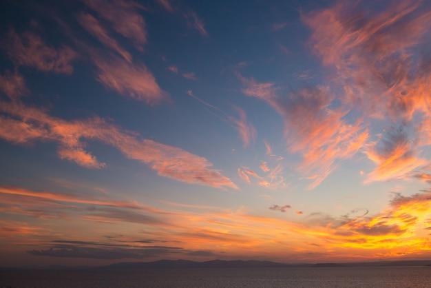 Закатное небо как акварель над морем. природа, погода, атмосфера, тема путешествий.