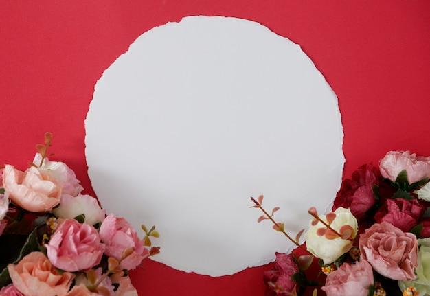 テキストまたは赤の背景と花の画像のためのスペースを持つモックアップホワイトペーパー。