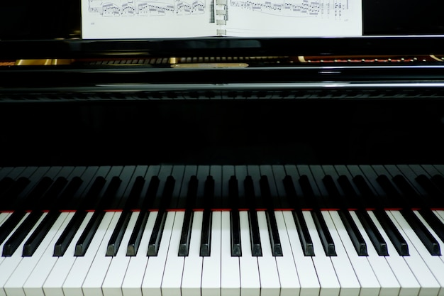 Крупный план фортепианного музыкального инструмента