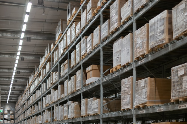 現代の倉庫のインテリア。ボックスと棚の行