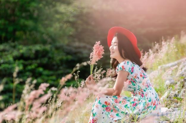 自然の花で美しい女性。