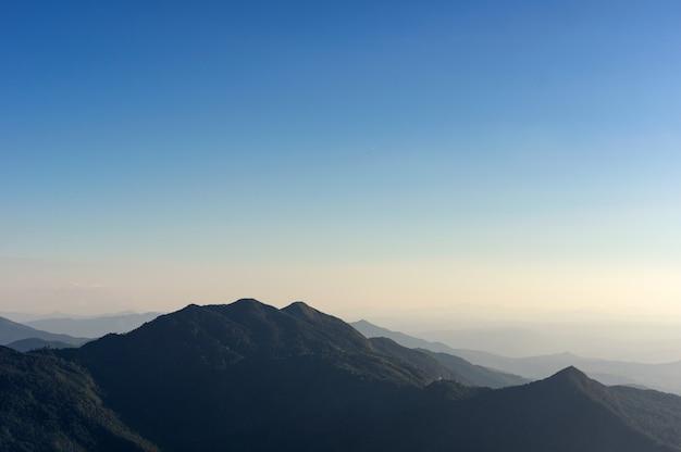 山と夕日。