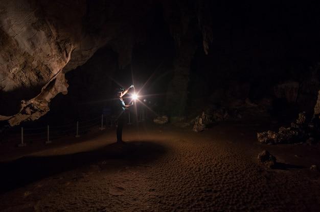 洞窟の中の女性探検家。
