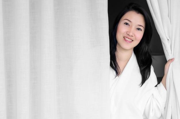 白いローブを笑顔の女性。