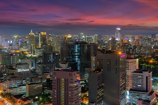 バンコクの街並み。ビジネス地区のバンコクの夜景。夕暮れに。