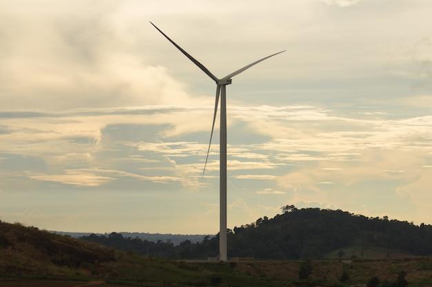 夕日の光と風力タービン。あるいは、風力エネルギー変換器とも呼ばれます。