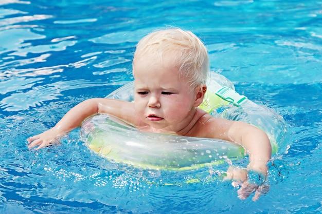 プールで泳いでいる赤ちゃん
