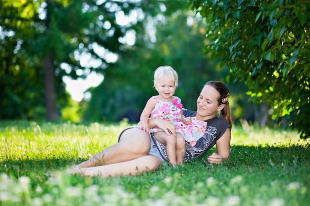 Младенец и мать играя
