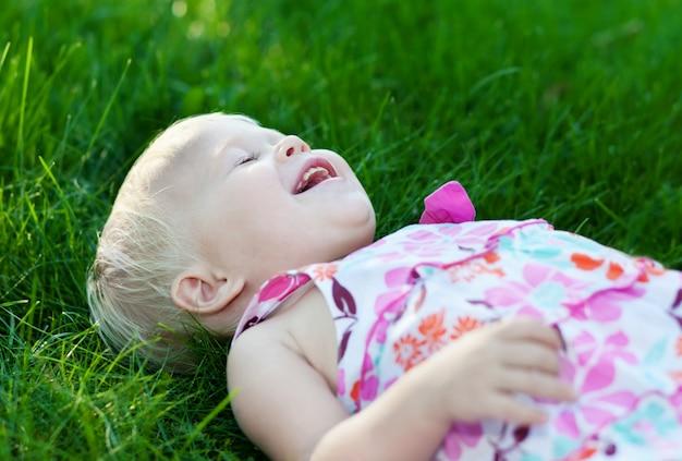 緑の芝生の上の赤ちゃん
