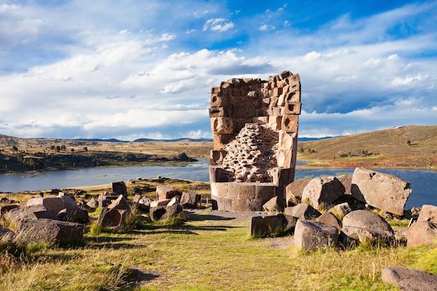 Силлустани, озеро умайо возле города пуно в перу