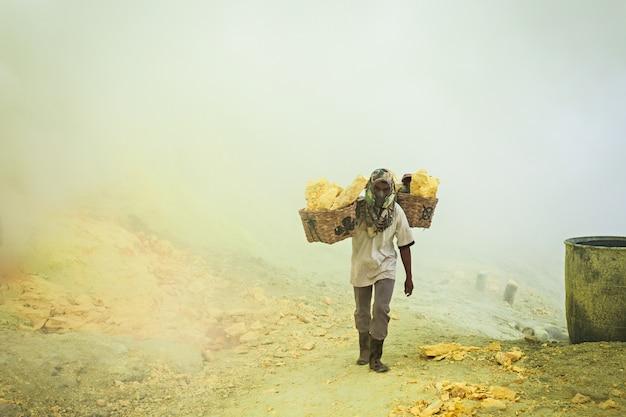 未確認の硫黄鉱山労働者