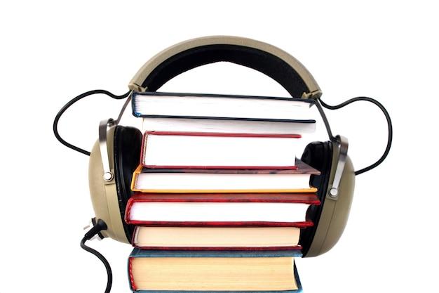 古いスタイルのヘッドフォンと本