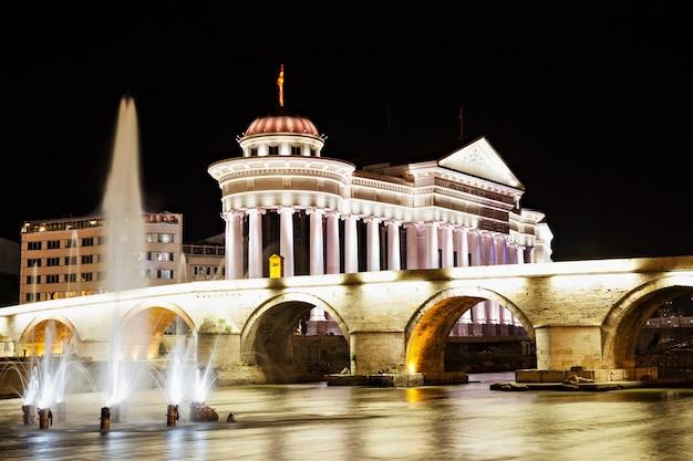 夜のスコピエのマケドニア広場