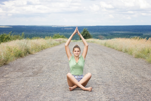 舗装で瞑想の女の子。自然の中で熟考美しい少女。正面図